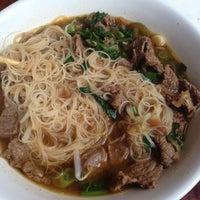 Foto tomada en Sri Thai por Tara P. el 5/21/2012