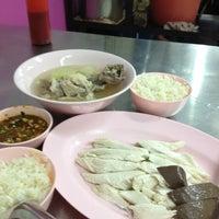 Das Foto wurde bei ข้าวมันไก่ สาธุประดิษฐ์ 25 von Phadung P. am 2/3/2012 aufgenommen