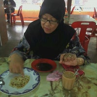 Photo taken at Warung Hajah Robiah by Ejay R. on 3/20/2012