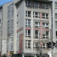 Das Foto wurde bei Mauer Museum - Haus am Checkpoint Charlie von Tatyana C. am 4/21/2012 aufgenommen