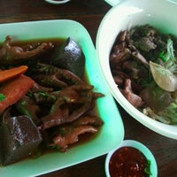Photo taken at ก๊วยเตี๋ยวเป่าปาก @โนนไทย by Lm Menthol T. on 2/29/2012