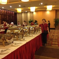 Photo taken at Crape Myrtle Hunan Restaurant by Tanaporn S. on 4/7/2012