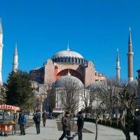 Das Foto wurde bei Ayasofya Müzesi Padişah Türbeleri von Tamer Hatip ت. am 2/20/2012 aufgenommen