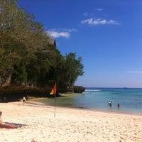 Снимок сделан в Padang-Padang Beach пользователем Sienna K. 6/14/2012