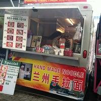 Foto tomada en Noodle House Food Cart por Sandra C. el 4/23/2012