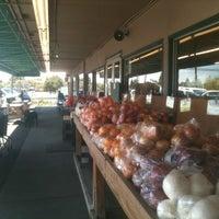 Foto scattata a Ikeda's California Country Market da Michael C. il 4/6/2012