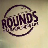 Photo taken at Rounds Premium Burgers by Fernando B. on 4/7/2012
