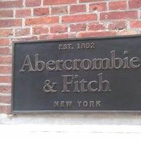 Das Foto wurde bei Abercrombie & Fitch von Marika K. am 5/11/2012 aufgenommen