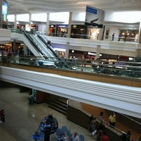 Foto tirada no(a) Woodfield Mall por Victor R. em 7/22/2012
