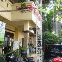Photo taken at Sekretariat Kecamatan Gubeng by Dewi W. on 5/15/2012