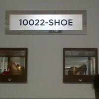 Снимок сделан в Saks Fifth Avenue-Shoe пользователем Dawn S. 8/31/2012