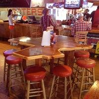 Das Foto wurde bei Hooters von Westley A. am 3/16/2012 aufgenommen