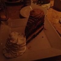 Foto tomada en The Cheesecake Factory por Caroline M. el 5/15/2012
