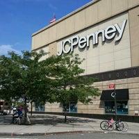 Foto tomada en Queens Center Mall por Gibson O. el 7/27/2012
