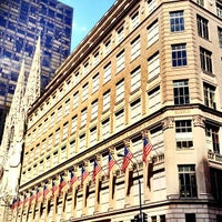 Foto tirada no(a) Saks Fifth Avenue por Philip T. em 7/3/2012