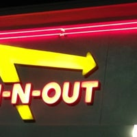 Foto diambil di In-N-Out Burger oleh Michelle pada 7/28/2012