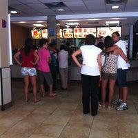 Foto tirada no(a) McDonald's por Fernando S. em 2/22/2012