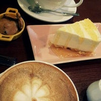 Photo taken at Hands Coffee by Gyeonga R. on 3/31/2012
