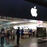 Photo taken at Apple Store by Jafar A. on 7/27/2012