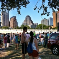 Foto scattata a Auditorium Shores at Lady Bird Lake da Austin P. il 6/24/2012
