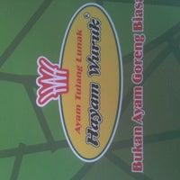Photo taken at Ayam Tulang Lunak Hayam Wuruk by Ferdi M. on 8/26/2012