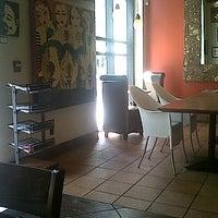 Foto tomada en Starbucks por Adam Robert B. el 7/6/2012