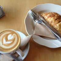 Photo prise au Octane Coffee + Little Tart Bakeshop par Peter F. le6/13/2012