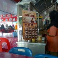 Photo taken at Siti-A'aisyah Tomyam gerai no 10 by Fendi I. on 8/29/2012