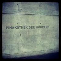 Снимок сделан в Pinakothek der Moderne пользователем Ricarda Christina H. 6/13/2012