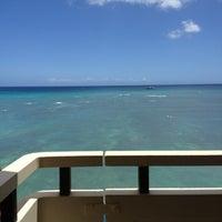 Photo taken at Sheraton Waikiki - The Edge of Waikiki Bar by Michael Brito on 7/24/2012