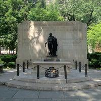 Foto tirada no(a) Washington Square por Ian B. em 6/9/2012