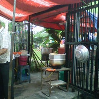 Photo taken at Warong Nasi Ayam Pak Ali by as w. on 5/21/2012