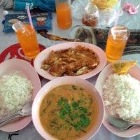 Photo taken at แอ๋ว อาหารตามสั่ง by 👑 EnJ@Y 🎀 M. on 8/17/2012