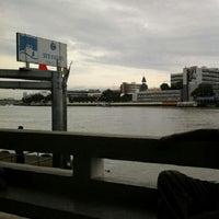 Photo taken at ท่าเรือวังหลัง (ศิริราช) Wang Lang (Siriraj) Pier N10 by Supawat S. on 8/8/2012
