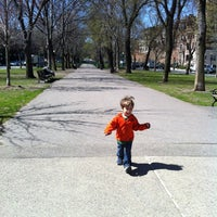 Foto tirada no(a) Commonwealth Avenue Mall por Tisha S. em 4/4/2012