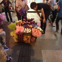 Foto tomada en People's Square Metro Station por Kenji N. el 8/23/2012