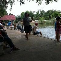 Photo taken at ท่าน้ำปล่อยปลาวัดโพสพ by Zedia W. on 8/3/2012
