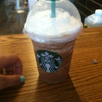 Photo prise au Starbucks par Janette D. le7/4/2012