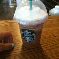 รูปภาพถ่ายที่ Starbucks โดย Janette D. เมื่อ 7/4/2012