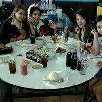 Photo taken at ข้าวมันไก่ไหหลำ ปากน้ำ by เดียว ด. on 6/22/2012