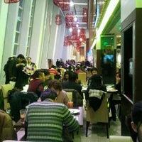 Photo taken at California Pizza Kitchen | 詞碧閣西餐厅 by fangyi s. on 2/14/2012
