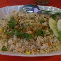 Foto tomada en Restoran Family Uda por ALLYA E. el 4/6/2012