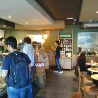 Снимок сделан в Starbucks пользователем Jose Antonio J. 5/7/2012