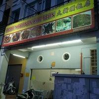 Photo taken at 大树斗饭店 Kedai Makanan Kar Yean by Lim N. on 5/18/2012