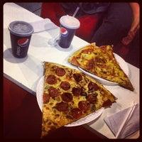 Foto tomada en Monster Pizza por Donovan R. el 9/13/2012