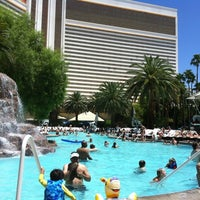 Photo prise au The Mirage Pool & Cabanas par Samantha S. le7/3/2012