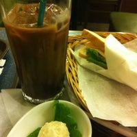 Photo taken at MORIVA COFFEE (モリバコーヒー) 自由が丘店 by Shinsuke S. on 5/13/2012