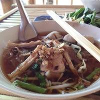 Photo taken at ก๋วยเตี๋ยวเรือ หน้าไทยเกษม by Kanock P. on 4/27/2012