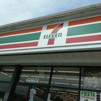 Das Foto wurde bei 7-Eleven von Darius G. am 7/12/2012 aufgenommen