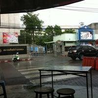Photo taken at ลูกชิ้นหน้าแสงทอง by Toon kunakorn on 4/16/2012